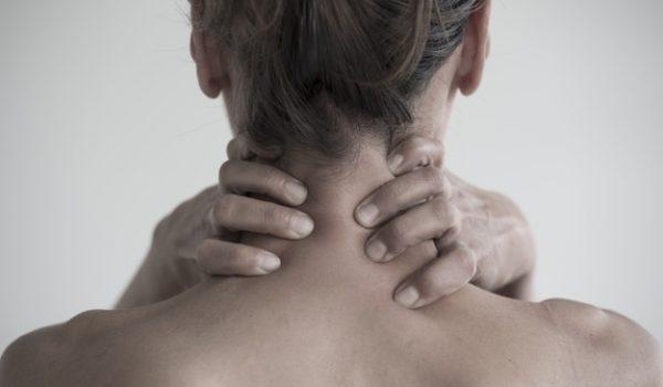 primer-plano-mujer-que-tiene-dolor-cuello_181624-22433